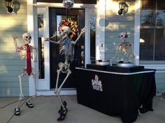 Baxter Skeletons: These Wicked Clever Halloween Decorations Are A Must See! Halloween Outside, Outdoor Halloween, Halloween Skull, Holidays Halloween, Halloween Fun, Halloween Food Crafts, Creepy Halloween Decorations, Spooky Scary, Halloween Themes