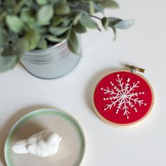 Snowflake Ornaments, Christmas Ornament Sets, Christmas Images, Snowflakes, Christmas Decorations, Modern Embroidery, Embroidery Hoop Art, Christmas Cardigan, How To Make Ornaments