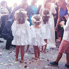 Nuestras pequeñas niñas de arras, las más ricas! Little Girl Fashion, Little Girl Dresses, Kids Fashion, Flower Girl Dresses, Flower Girl Photos, Pretty Little Girls, Page Boy, Wedding With Kids, Wedding Ideas