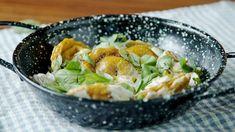 Receta con instrucciones en video: Con una deliciosa Salsa de Champiñones Ingredientes: Masa:, 4 huevos, 400 gr. de harina, C/n de sal, 3 cdas. de aceite de oliva, 3 cdas. de curcuma, 3 cdas. de agua, Relleno:, 4 zanahorias, 3 ramas tomillo, 200 gr. de mozzarella rallada, 60 gr. de nueces picadas, 50 gr. de queso azul, C/n de aceite de oliva, C/n de sal y pimienta, Salsa:, 1 planta de albahaca, 100 gr. de champiñones, 100 gr. de portobellos, 1 puerro, 1 cebolla, 200 gr. de ques...
