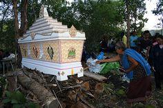 Thai temetés Mourning Dress, The Departed, Cemetery Art, Graveyards, Memento Mori, Funeral, Statues, Pray, Thailand