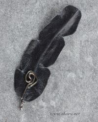 Korppi-sarjan sulka riipus/korvakoru, voidaan tehdä myös rintaneulaksi. Muokkaamatonta nahkaa eli pergamenttia. Leather, Design, Design Comics
