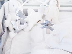 Vaaleansävyiset vauvantarvikkeet ja lelut vauvan pinnasänkyyn löydät PikkuVanilja -verkkokaupasta!
