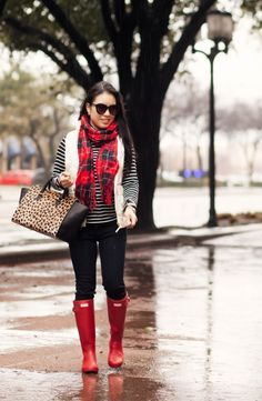 black white striped turtleneck, white puffer vest and black jeans- have all of these Red Hunter Boots, Red Rain Boots, Hunter Boots Outfit, Petite Fashion, Fashion Black, Womens Fashion, Fall Winter Outfits, Autumn Winter Fashion, Red Plaid Scarf