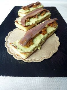 Sardine Recipes Canned, Brie, Tapas Menu, Party Finger Foods, Edible Food, Food Out, Sandwiches, Canapes, Tostadas