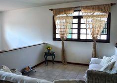No pavimento superior, uma sala íntima favorece a distribuição das quatro amplas suítes.