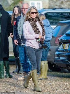 Less is more: Cutting a casual figure, the catwalk queen sported a pale pink jumper, teamed with skinny jeans and classic Wellington boots Estilo Kate Moss, Kate Miss, Winter Outfits, Casual Outfits, Moss Fashion, Kate Moss Style, Wellies Rain Boots, Queen Kate, Waxed Cotton Jacket