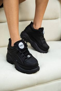Buffalo London's Low-Top Sneakers Just Restocked: Black or white? Black Shoes, All Black Sneakers, Shoes Sneakers, Platform Sneakers, Sneakers Fashion Outfits, Fashion Shoes, Fashion Fall, Londoner Mode, Cute Shoes