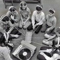 Retro photo of school children around a record player. Lps, Hardcore, Vinyl Junkies, Record Players, Ex Machina, Vintage Tv, Vintage Music, Kids Corner, Vinyls