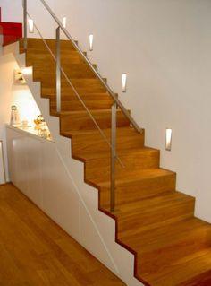 geradläufige Treppe, Parkettstufen, Stahlgeländer