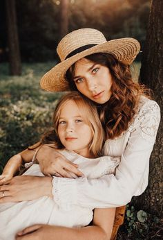 Pretty momma and daughter Mom Daughter Photography, Mother Daughter Poses, Mother Daughter Pictures, Children Photography Poses, Toddler Photography, Family Photography, Mother Daughters, Daddy Daughter, Mother Son