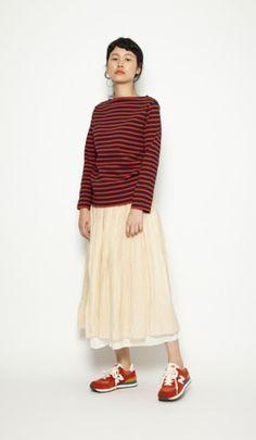 鮮やかな色合いのボーダーにフレアのロングスカートで女の子らしさをプラス。 カジュアル&ガーリーなのに脚も隠せる、優秀スニーカーコーデ♪