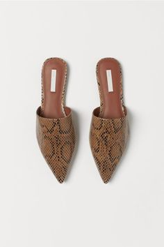 Mules in snakeskin-patterned leather with pointed toes. Leather insoles and rubber soles. Capsule Wardrobe Essentials, Wardrobe Basics, Mule Sandals, Shoes Sandals, Heels, Pumps, Flat Mules, Classic Wardrobe, Ballerina Flats