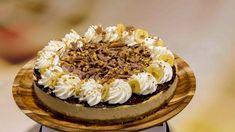 Ein leckerer Cheesecake mit Bananenchips und karamellisierten Walnüssen.