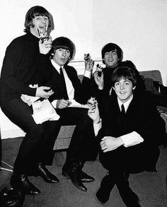 Image discovered by Sony Domm. Find images and videos about band, the beatles and john lennon on We Heart It - the app to get lost in what you love. Beatles Band, Les Beatles, Beatles Meme, Beatles Poster, Rock And Roll, Richard Starkey, Blues, Lennon And Mccartney, Beatles Photos