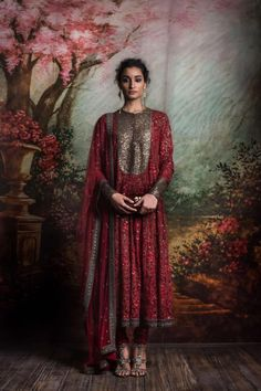 indian designer wear Sabyasachi is a brand that needs no introduction as it is a tycoon in the Indian Fashion industry. From celebrities to the brides to the girl next door, This b Pakistani Couture, Indian Couture, Pakistani Dresses, Indian Dresses, Indian Outfits, India Fashion, Ethnic Fashion, Indian Inspired Fashion, Women's Fashion