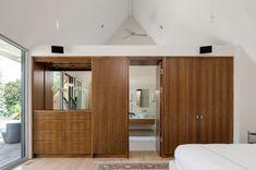 Arquitetura: Smart construída em madeira compensada armários de madeira Wardrobe Dresser Espelho E porta do banheiro à moda moderno nas idéias de design contemporâneo Quarto: Gorgeous Modern Guest House & Spa, A 299 Soper Lugar