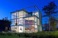 Maison de verre en forme de cube - Visit the website to see all pictures http://www.amenagementdesign.com/architecture/maison-verre-en-forme-cube