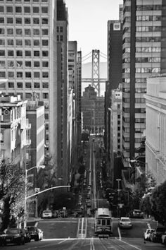 Looking down California Street - Mirando hacia abajo en California Street - San Francisco