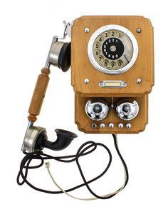 Lote 47 - TELEFONE DE PAREDE VINTAGE - Com caixa em madeira e elementos metálicos. Marcação de disco tipo anos 60/70, em bom estado e em funcionamento com campainha clássica. Dim: 32x22x7,5 cm Nota: tomada RITA. - Current price: €460