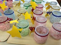 1. Glazen potjes lijmen met witte knutsellijm 2. Bestrooien met zout (gekleurd met krijt en glitters toegevoegd) 3. Behandelen met vernisspray 4. Afwerking potje naar eigen idee