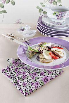 Letně prostřený stůl ozdobí porcelánová jídelní souprava s motivem drobných fialek. Název Mary Anne, jídelní set pro šest lidí od 9999 Kč.