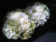 Precioso ramo de novia de Sally Hambleton con peonias blancas y hortensias.