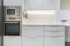 Cocina Crystal del showroom de TPC Llobregat en Sant Boi. Kitchen Cabinets, Kitchen Appliances, Wall Oven, Crystal, Home Decor, Kitchen Units, Kitchens, Kitchen Wall Cabinets, Kitchen Tools