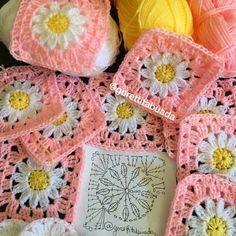Olhem que square fofo para fazer almofadas e mantas... By @gorettitabuada amei #squares #crochet #graficos