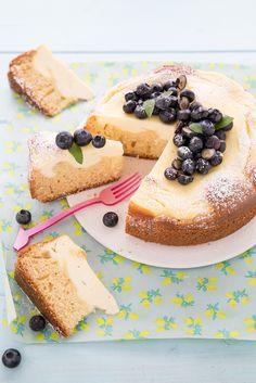 La torta con crema di ricotta è un dolce soffice perfetto per l'ora della merenda, una torta da credenza che vi farà innamorare per la sua semplicità. E' un dolce che colpisce per la sua bellezza ed estrema facilità, si realizza in poco tempo con ingredienti semplici che tutti abbiamo in casa, unic