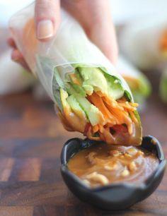 Rollitos vietnamitas con aguacate y mango y salsa de cacahuetes / Recetas / / HazteVegetariano.com