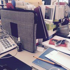 때 지저분한 내 책상. 앗! 이걸 언제 다 정리 하지??! #짜증 | My messy desk at #theoffice ∙ ∙ ∙ #출근 #근무 #회사원 #직장인 #서울 #강남스타그램 #강남 #소통 #데일리 #일상 #lovemyjob #neverlate #work #postit #seoulstagram #seoulster #seoulife #gangnam #korea #desk #gangnamstagram #employeeofthemonth #salaryman #corporatekorea