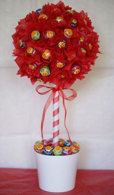 This lolly pop tree would be the perfect decoration or gift! Lollipop Display, Lollipop Tree, Gift Bouquet, Candy Bouquet, Homemade Gifts, Diy Gifts, Candy Arrangements, Candy Trees, Sweet Trees