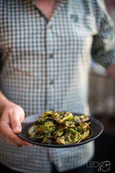 Mann hält Teller mit Pimientos de Padrón Bbq, Snacks Für Party, Vegan, Nutrition Tips, Sprouts, Teller, Paleo, Low Carb, Diet