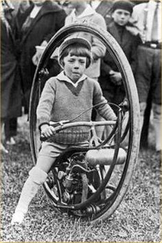 Early motorcycle design that apparently flopped - based on how many of these you see around these days. Custom Bikes, Custom Cars, Soap Box Derby Cars, Gas Powered Bicycle, Monocycle, Radios, Strange Cars, Retro Robot, Drift Trike
