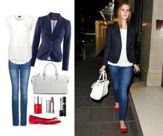 Cantante Lana del Rey con blazer azul marino, camiseta blanca, jeans y bailarinas rojas.