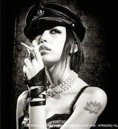 Una sera esco a comprar le sigarette.