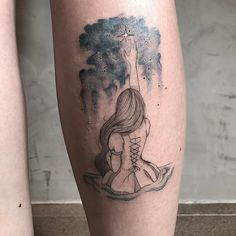 Tatuagem criada por Sindy Brito de Brasília.  Menina sentada tentando alcançar o céu estrelado.