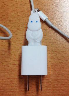 ムーミン充電器(iPhone用)を発明しました。ムーミンスタンドでもらった限定のムーミンストローがジャストフィットです。via twitter