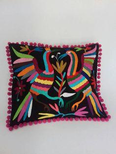 Funda de cojin bordada en Hidalgo. Hand embroidered cushion