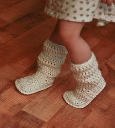 Crochet Mamachee boots @ Easy I may need to make these in my size!if only I knew how to crochet Crochet Boots, Crochet Baby Booties, Crochet Slippers, Knit Or Crochet, Learn To Crochet, Crochet For Kids, Crochet Crafts, Crochet Clothes, Crochet Projects
