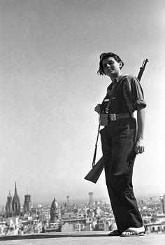 La foto completa. La miliciana Marina Ginestà, miembro de la juventud comunista catalana, posa en la terraza del hotel Colón, donde se estableció una oficina de alistamiento de milicianos, Barcelona, 21-7-1936. JUAN GUZMÁN