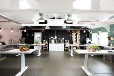 Koken Eten Daten kookstudio met in hoogte verstelbare aanrechten, voor iedereen toegankelijk | interieurontwerp TOET eigenzinnig wonen | foto Renee Ligtvoet