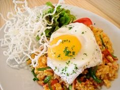 Nasi goreng is een populair rijstgerecht dat van oorsprong uit Indonesië afkomstig is maar bij ons zó is ingeburgerd dat het tot onze eigen keuken gerekend wordt. Nasi goreng betekent simpelweg 'gebakken rijst' en geeft een prima omschrijving van de...