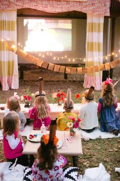 A Beautifully Designed Outdoor Birthday Bash. Outdoor movie night for a birthday party. Backyard Movie Party, Outdoor Movie Party, Outdoor Movie Nights, Movie Night Party, Party Time, Kids Movie Party, Outdoor Parties, Party Party, Evening Movie