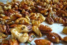 Geroosterde noten met knoflook en rozemarijn