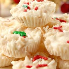 Coconut Crunch Chocolate Cups Recipe - a super easy homemade candy recipe for white chocolate and coconut lovers! You will love these crunchy cups! Chocolate Rice Krispies, Chocolate Coconut Cookies, White Chocolate Recipes, Chocolate Cups, Easy Holiday Desserts, Christmas Desserts, Christmas Baking, Christmas Candy, Christmas Treats