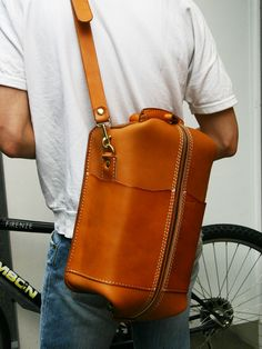 herz bags - urban design - make recipe Leather Carving, Leather Tooling, Leather Men, Leather Bags Handmade, Leather Craft, Dandy, Backpack Bags, Leather Backpack, Clutch