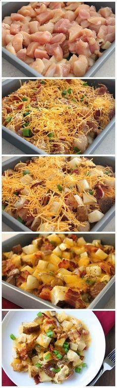 Du poulet, des pommes de terres en cube cuites, du bacon grillé, du cheddar râpé, des oignons, assaisonnez à votre goût, crème fraîche et quelques noisettes de beurre. Cuire au four.