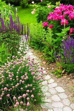allée de jardin en petites dalles et fleurs
